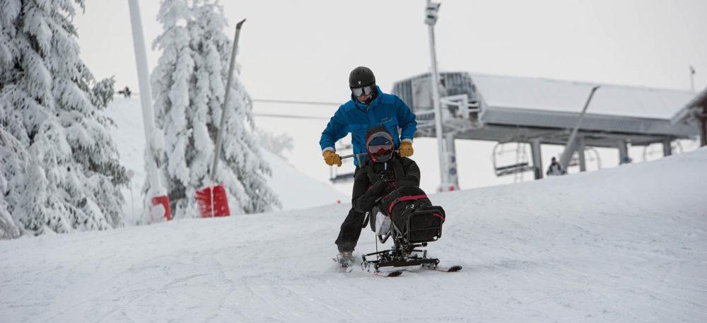 Nos pilotes formés et accrédités au pilotage de ces appareils, emmènent ainsi les personnes sur les pistes de ski du massif des Vosges.